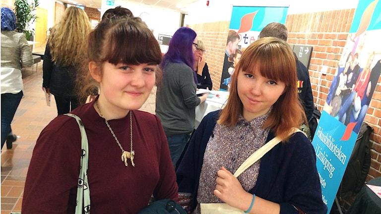 Emmi Åberg och Anna Klaar. Studenter på Högskolan i Borås. Foto: Peter Elvemo.