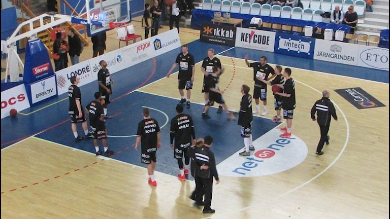 Borås Basket värmer upp. Foto: Staffan Kulneff