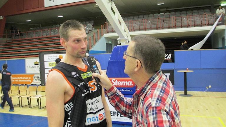 Mike Palm intervjuad av P4 Sjuhärads Staffan Kulneff efter segern mot Solna.