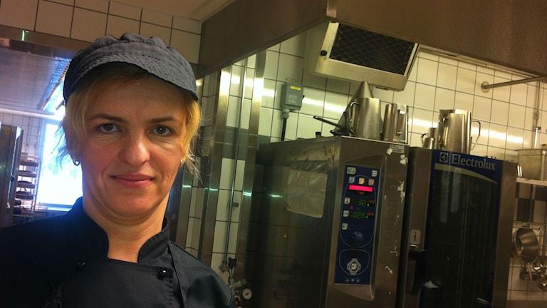 """""""Svårt att förstå att man hinner med"""", säger Kimet Mehmeti som jobbar i köket. Foto: Jenny Hellström"""