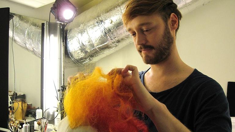 Christoffer Nordin, maskör och perukmakare på Borås Stadsteater. Foto: Melissa Gustafsson/Sveriges Radio