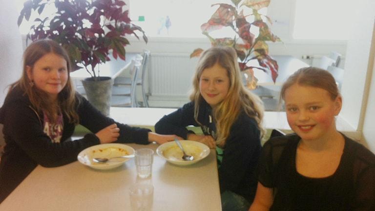 Eleverna Alma Carlén, Sabina Nilsson och Ebba Skog går samtliga i fyran på Mogaskolan, det är ganska pratigt och stökigt i matsalen, säger de. Foto: Jenny Hellström