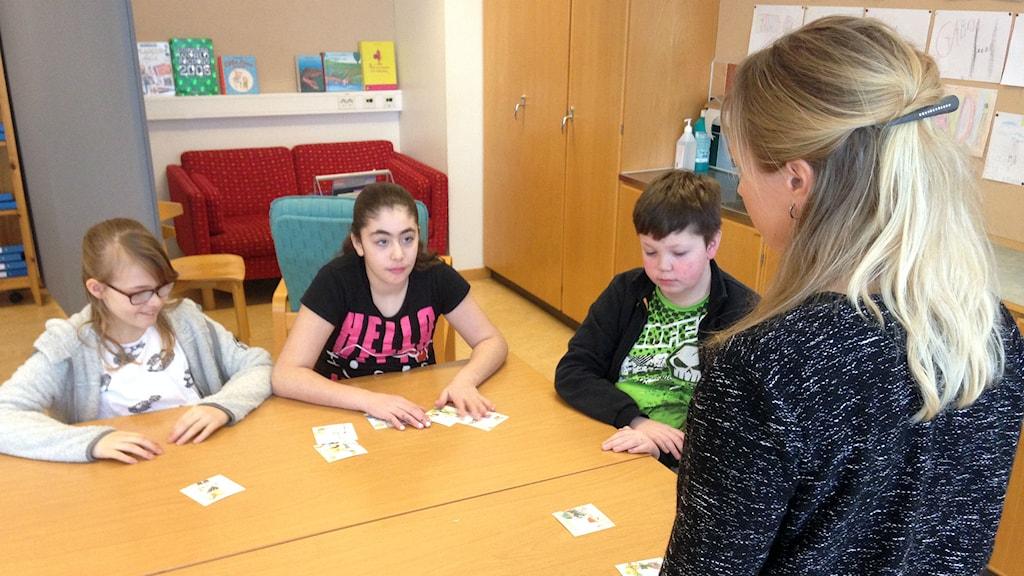 Pedagogen Elin Lennartsson delar ut uppgifter i Språksmedjan. Foto: Erika Larsson/SR.