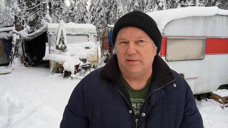 Siinto Hämäläinen i tiggarlägret på hans tomt utanför Borås. Foto: Joel Wendle.