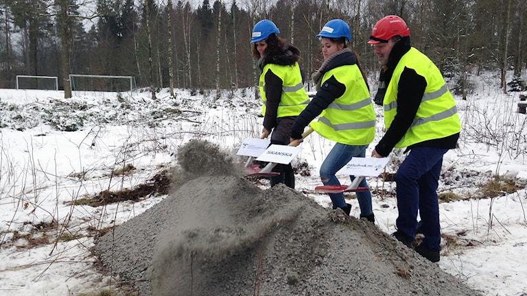 Matilda Sjödell på hästutbildningen(i mitten) gräver på tillsammans med representanter från regionen och entreprenören Skanska. Foto: Erika Larsson.