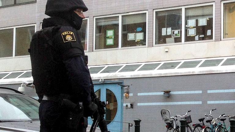 En tungt beväpnad polis vaktar den judiska församlingens lokal i Malmö med anledning av terrordåden i Köpenhamn. Foto: Daniel Kihlström /TT