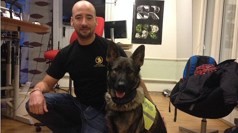 Peter Nordgren med polishunden Buddha.