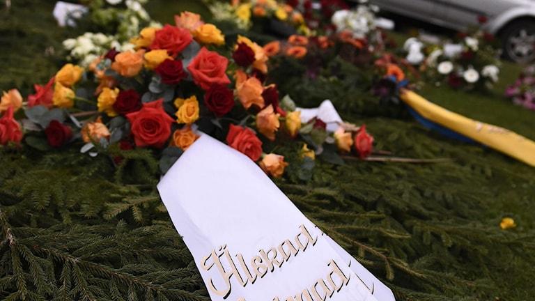 Kransen på bilden kommer från en annan begravning. Foto: Mikael Fritzon/TT