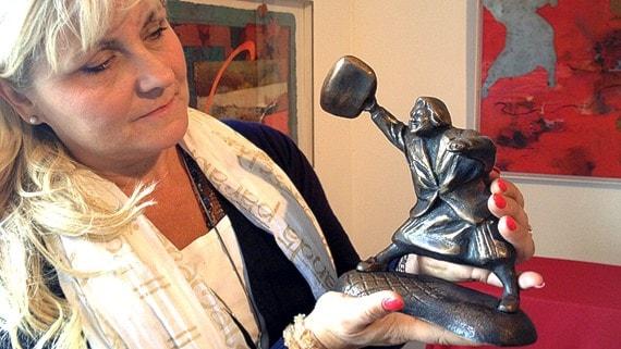 Konstnären Susanna Arwin har gjort en staty av bilden av tanten som slår till en nazist med handväskan. Foto: Lars-Peter Hielle/SR