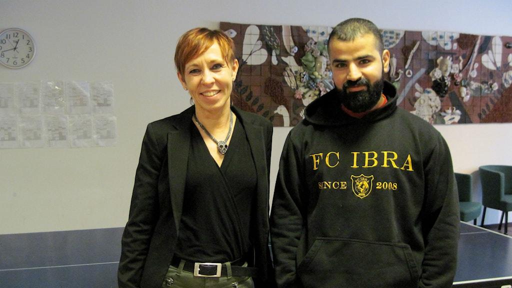 Rektor Marika Andersson och ordförande Dilo Batifi i föreningen FC Ibra. Foto: Melissa Gustafsson/Sveriges Radio