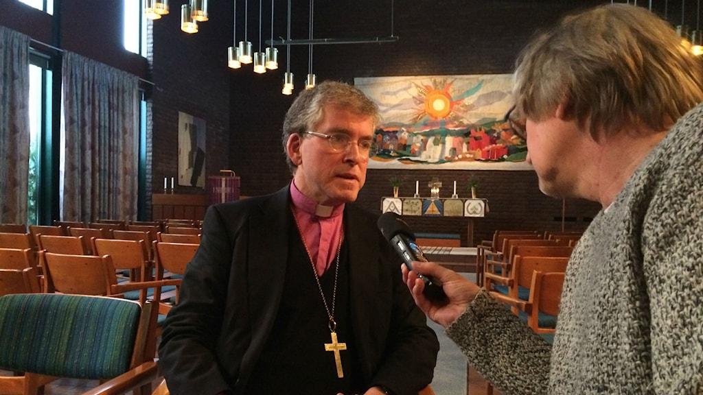 Åke Bonnier intervjuas i Hässleholmens kyrkla. Foto: Nelly Dahl