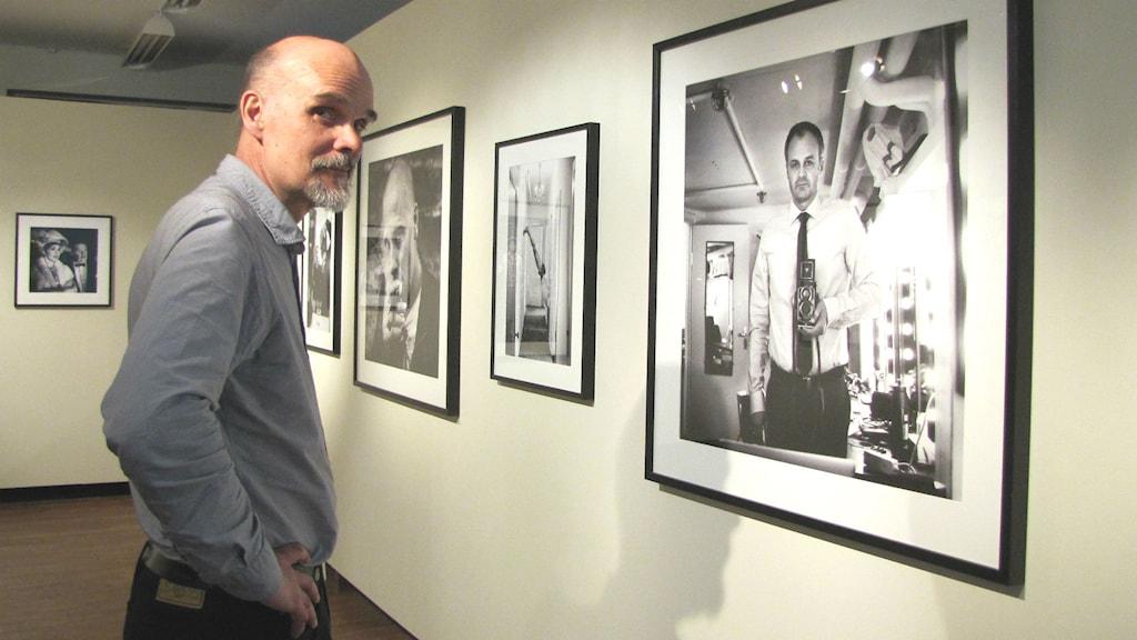 Thomas Wågström är curator för fotoutställningen Backstage! Foto: Melissa Gustafsson/Sveriges Radio