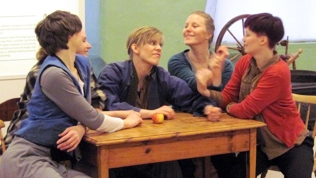 Ragnhild Lennblad, Karolin Ankarcrona, Hanna Sundelius, Sanne Skjervik och Mika Mörner. Alla med i scenkonstgruppen Skaper. Foto: Adam Koskelainen.