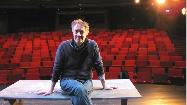 Johan Huldt, regissör för föreställningen Puntila. Foto: Melissa Gustafsson/Sveriges Radio