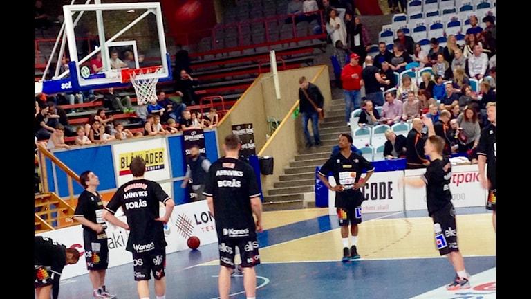 Uppvärmning Borås Basket. Foto Kristoffer Lidén.