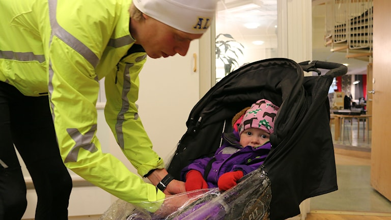 Erik Wickström med dottern Astrid, tre år. Foto: Niclas Odengård.