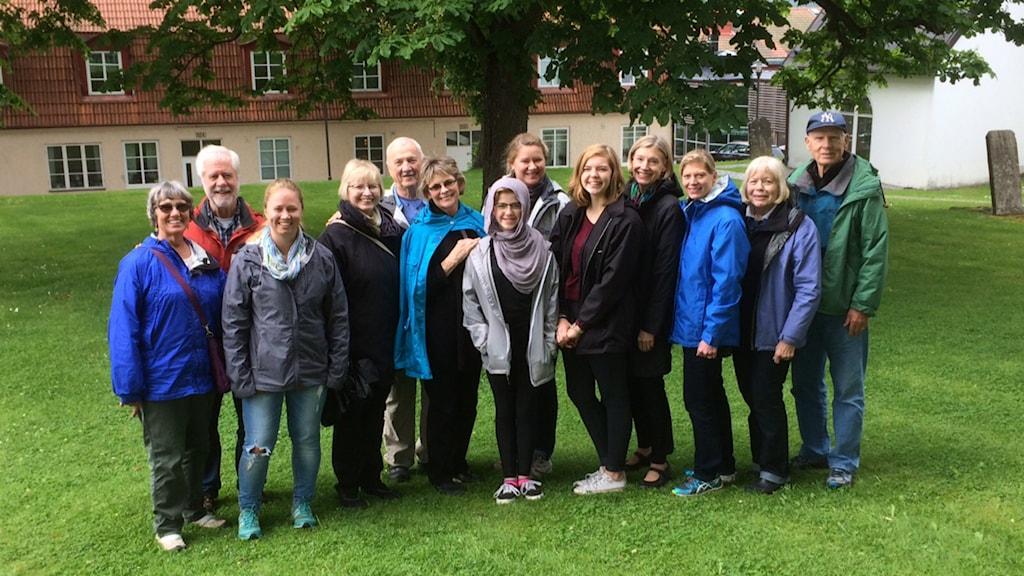 13 amerikaner i lilla Kölingared utanför Ulricehamn har kommit dit för att släktforska. Foto: Niclas Odengård/SR