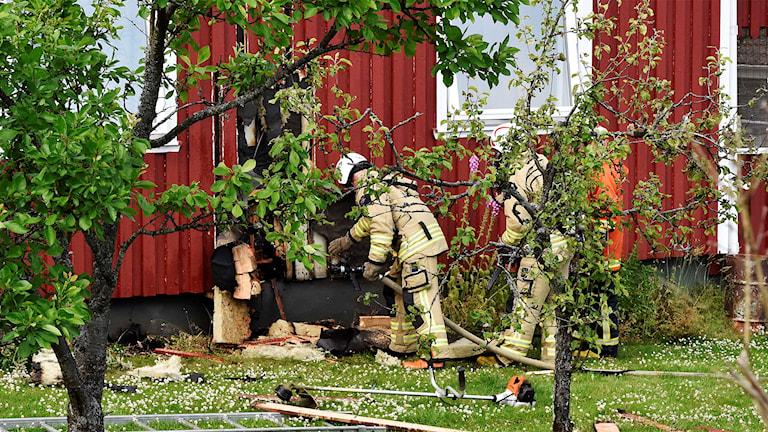 Räddningstjänsten fick bryta upp panelen för att kunna släcka elden som börjat utvändigt. Foto: Joakim Eriksson, Agena Foto.