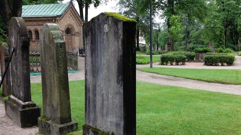Gravstenar på kyrkogård.