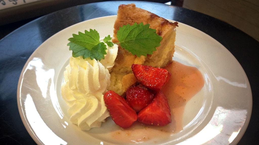 Vaniljkaka med limemarinerade jordgubbar och vispad grädde