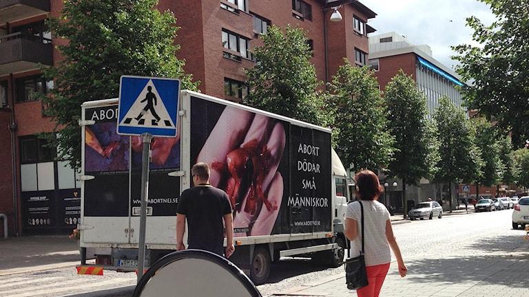 MRO med sin anti-abortlastbil i Borås.
