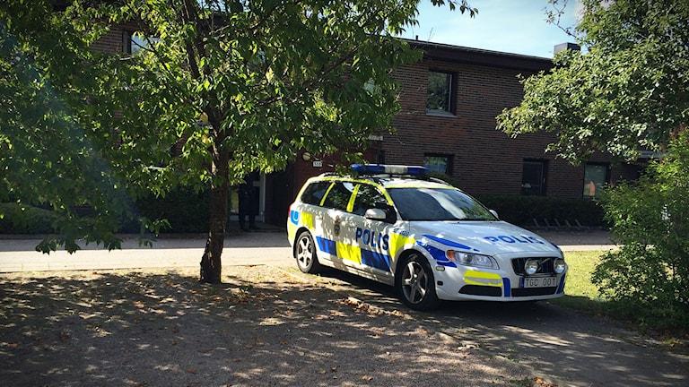 Polisbil utanför bostad i Vårgårda där en kvinna hittats mördad.