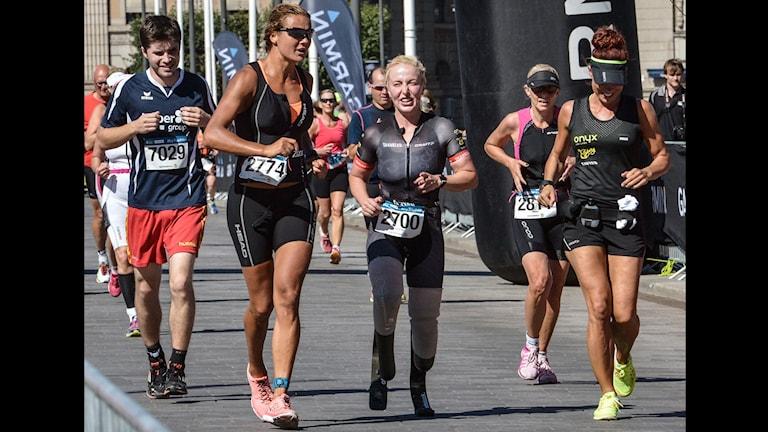 Shahrzad Kiavash springer i mål med tränaren Eva Kajsa Andersson - World Triathlon Stockholm. Foto: Jonas Ekströmer / TT.