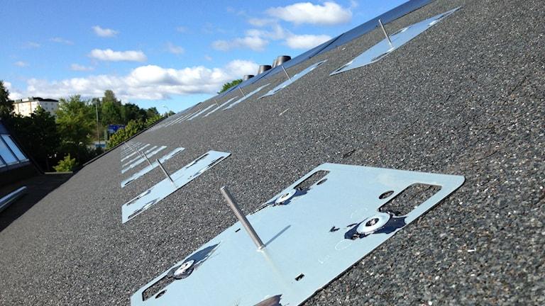 Solcellsfästen på Viskastrandsgymnasiets tak. Foto: Sofia Kristiansen/SR
