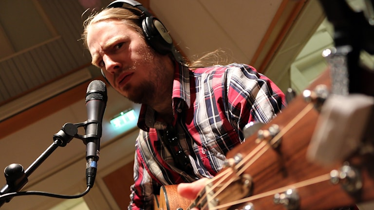 Outlaw? Oscar Wigner på gitarr. Foto: Niclas Odengård/SR.