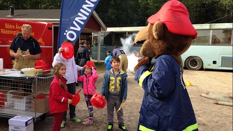Maskoten Flammy hälsar på barnen. Foto: Sofia Kristiansen/SR