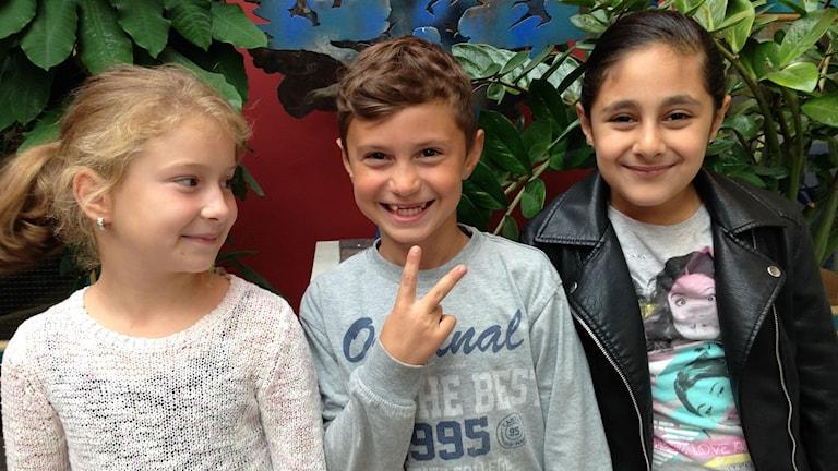 Samra Suljic, Erdion Svarqa och Liana Mohammed från årskurs två på Fjärdingskolan. Foto: Sofia Kristiansen/SR
