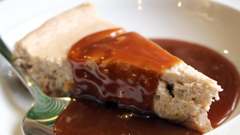 Recept på hjortroncheesecake med salt kolasås. Foto: Niclas Odengård/SR