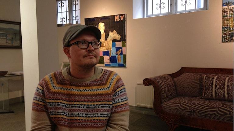 Maurits Ylitalo förbereder utställningen. Foto: Adam Koskelainen