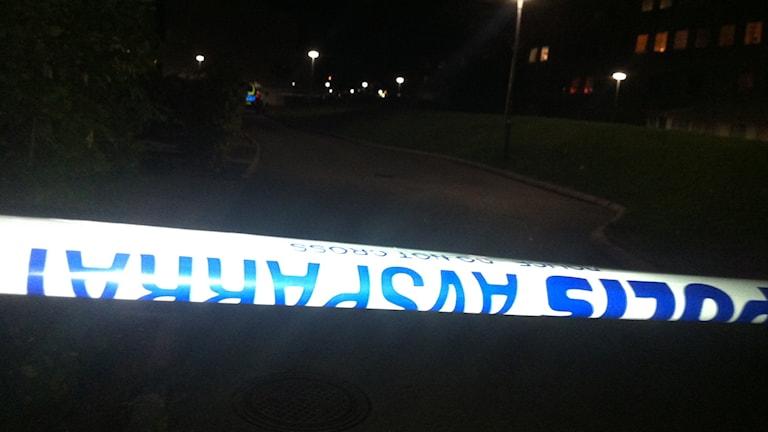 Drygt 20 poliser finns i området efter skjutningen på onsdagskvällen. Foto: Jenny Hellström/ Sveriges Radio