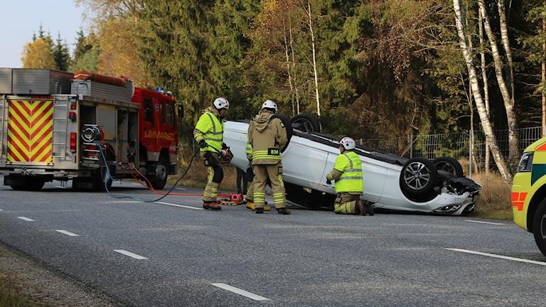 Bil som voltat och ligger på taket Foto: HS-Foto