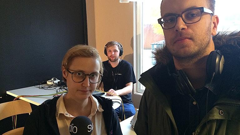 Programledarna Maja Jerosimic och Markus Alfredsson med tekniker André Stärnman Foto: Mikael Olmås/SR