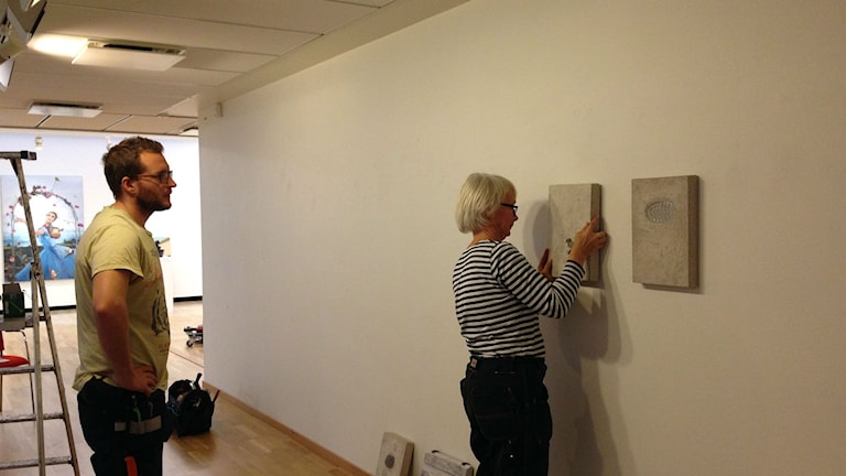 Kerstin Dahl Norén hänger utställningen Recircle på Borås konstmuseum . Foto: Camilla Walldán/SR