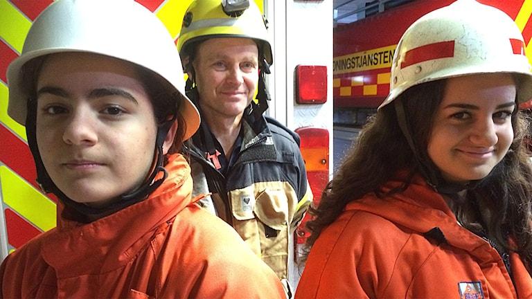 Räddningstjänstens projektledare Lasse Arnoldsson med ungdomarna Ermina Sutovic och Dina Dabbour Foto: Niclas Odengård/SR