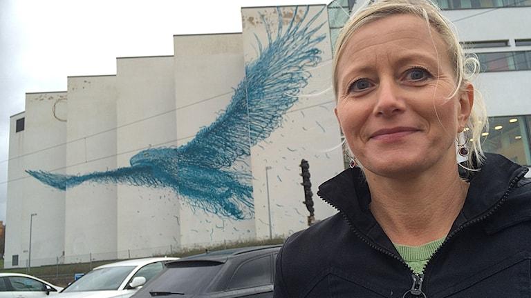 """Stina Hallhagen framför DALeast konstverk """"Measure the Immeasurableness"""" vid Högskolan i Borås. Foto: Niclas Odengård/SR"""