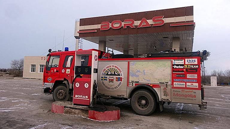 Brandbilen på en bensinstation vid namn Boras Foto: Firetruck to Mongolia
