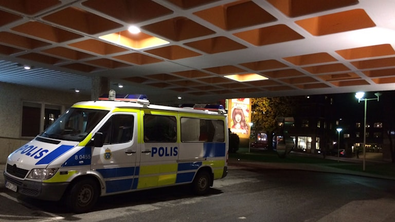 Polis bevakar Kulturhuset i Borås. Foto: Therese Eriksson