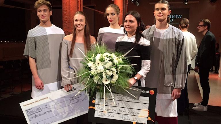 Vinnare av Show Up Fashion Award; Josefine Runquist och Moa Antonsson med modeller, pris och blommor.