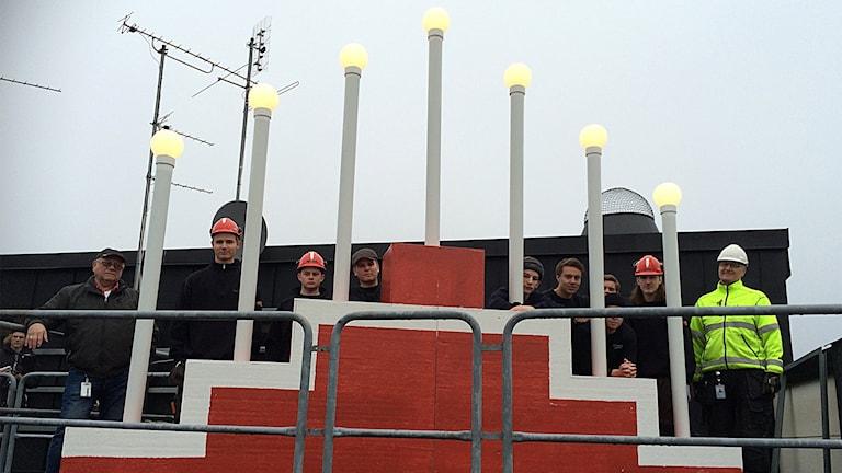 Elever och lärare vid advenstljusstaken Foto: Niclas Odengård/SR