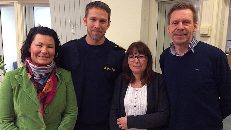 Hanne Åhman och Tomas Jansson vid polisen och  Christina Hultén och Peter Rosholm, Bollebygds kommun Foto: Caroline Aronsson/SR