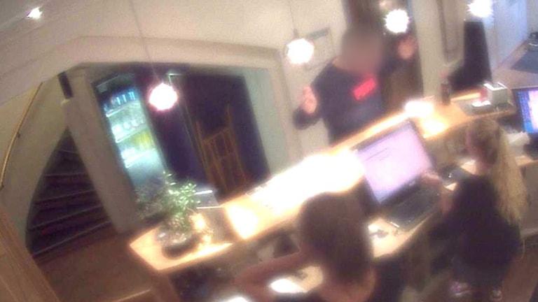 Bedragaren avslöjas på hotellet Foto: Polisen