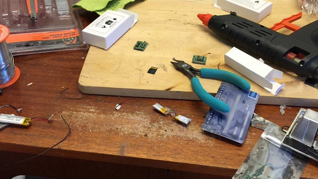 Ett skrivbord med utrutsning för att förfalska kontokort Foto: Polisen