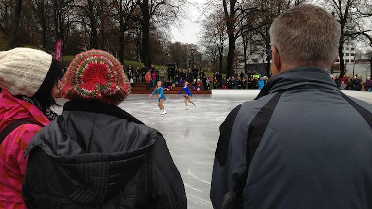 Skridskoåkning på nya isbanan. Foto: Sofia Kristiansen/SR