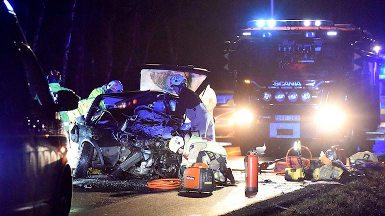 En bil som har frontalkrockat och räddningspersonal. Foto: Joakim Eriksson/Agena Foto.