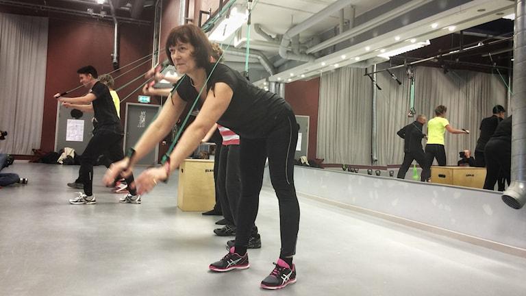 Lena Palmén drar lakan. Foto: Maria Hansson Trens/SR
