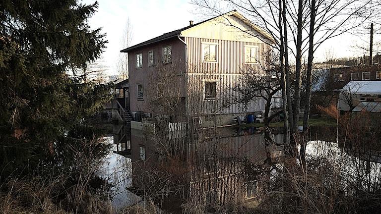 Östen Nilsson och Tina Renners hus med översvämmad tomt Foto: Maria Hansson Trens/SR
